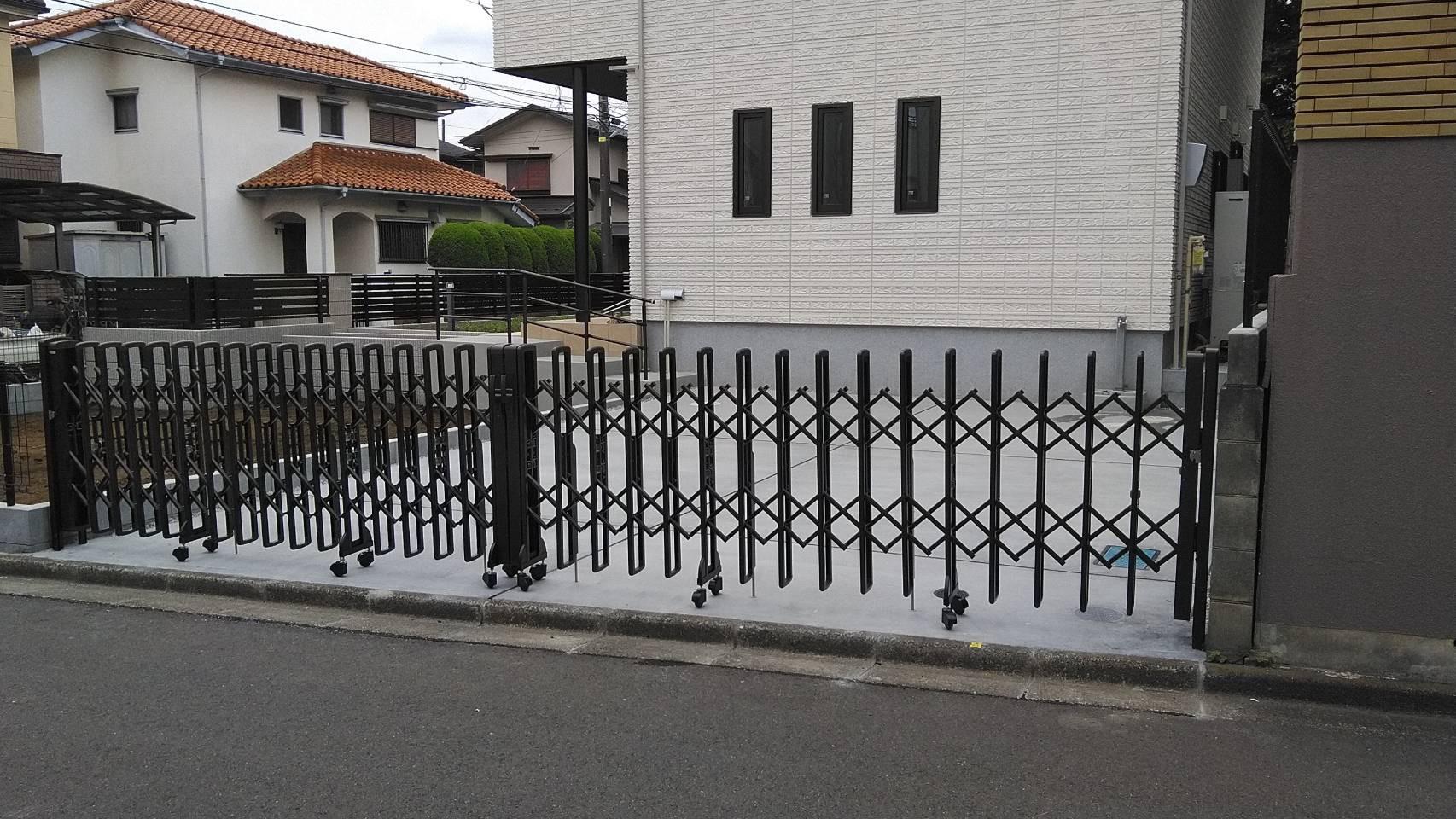 駐車場入り口伸縮門扉